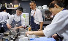 採訪/撰文:謝明玲士林出生,淡水商工餐飲科畢業的江振誠,已經站在世界料理之巔。他在新加坡的餐廳「Restaurant Andre」連續三年被評選為世界五十大餐廳,更是《紐約時報》力薦「世界上最值得搭飛機來品嚐的十大餐廳」之一。在這個世界級的廚房裡,有來自世界各地的工作者,目前卻獨缺台灣人。不是刻意、...