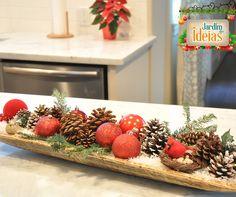 Uma dica de decoração natalina que você pode copiar facilmente é usar um suporte para colocar pequenos objetos da época na sua mesa de jantar.  Bolas de natal, pinhas e folhas de plantas artificiais prometem deixar seu espaço em clima de Natal! #natal