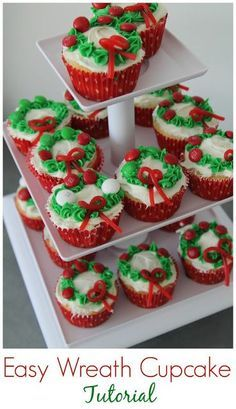Easy Christmas Wreath Cupcakes || The Chirping Moms #christmascupcakes