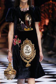 Вчера в Милане прошел долгожданный показ знаменитого итальянского дуэта Dolce Gabbana сезона осень-зима 2016/17. На создание коллекции дизайнеров вдохновили сказки о Золушке, Щелкунчике, Царевне-Лягушке и другие.