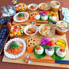いいね!1,778件、コメント40件 ― ❁ ayumi ❁さん(@ayu_141223)のInstagramアカウント: 「こんばんは 今夜のおうちごはんです ♡おにぎり三兄弟(おかか・塩昆布) ♡鮭のポン酢焼き ♡レンコン・人参の煮物 ♡白菜とカニカマのサラダ ♡#キムチ ♡かぼちゃの浅漬け(母からのお土産♡)…」 Japanese Dinner, Japanese Food, Cafe Food, Food Menu, Plate Lunch, Food Combining, Exotic Food, Aesthetic Food, Fruit Recipes
