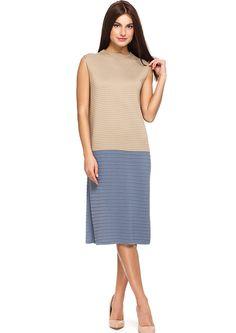 Платье из рельефного трикотажного полотна прямого силуэта без рукавов. Горловина - стойка, длина изделия - миди. Полотно состоит из комбинации 2 цветов. Состав пряжи: 50% вискоза, 50% полиакрил