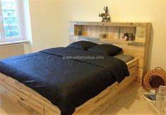 Amazing Wood Pallet Recycling Ideas with Low Budget: Wood pallet designs are readily accessible in simple designs as well as some intricate flavors in them. Wood Pallet Beds, Pallet Bed Frames, Diy Pallet Bed, Wooden Pallet Furniture, Pallet Shelves, Wood Beds, Wood Pallets, Pallet Ideas, Pallet Chair