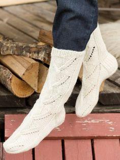 Malli on peräisin Marttojen sukkakilpailusta vuodelta Lace Socks, Crochet Slippers, Knit Crochet, Knitting Socks, Knit Socks, Yarn Colors, One Color, Colour, Leg Warmers
