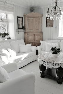 HANNES DIARY . Chic slipcovered sofas .