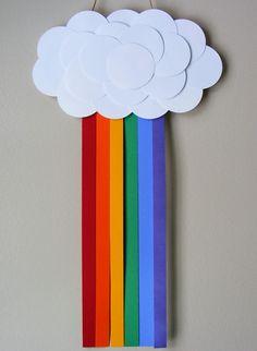 Arco-íris artesanal feito de tiras de feltro coloridas e papel triplex