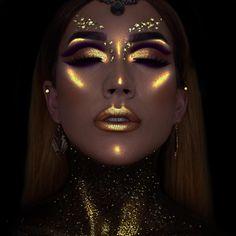 Chica con maquillaje de glitter neòn