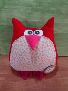 Almohada buho rojo, hecho a mano con materiales reciclados.