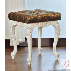 Hocker WIEN weiß H46cm Ahorn Massivholz - Nehmen Sie Platz auf der Bequemlichkeit puren Landhausstils! Hochwertiger Stoff und massives Ahornholz vereinen sich in diesem Hocker. Detailreich und elegant ist dieses Sitzmöbel ein wahrer Blickfang in Ihrere Wohnlandschaft.