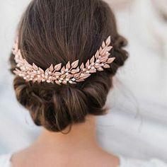 Sempre disse que não usaria véu no dia do meu casamento. Prefiro um bom acessório, como esta tiara em rosé, que emoldure o penteado. Detalhes que fazem a diferença! __ #wedding #weddingplanner #weddindideas #weddinginspiration #casamento #casar #love #amor #loveisallyouneed #ido #bride #bridal #bridetobe #noiva #weddingday #weddingplanning #inspiration #instawedding #hair #hairstyle #cabelo   SnapWidget