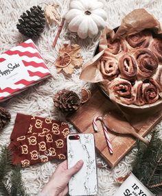 Ho ho ho! Mikołaj już u Was był?Ja z okazji mikołajek mam dla Was zniżkę do @etuocases -20% na etui z nadrukiem folie kreator i szkła do 20.12 na hasło: JULIETTEINWONDERLAND  #6ofdecember #cake #cinamonroll #socks #christmas #marble #new #gift #morning