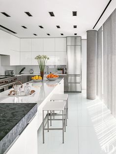 9 Beautiful Black-and-White Kitchens from the AD Archives Photos | Architectural Digest
