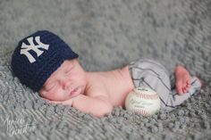 Crocheted Baseball hat ♥♥♥ Adorable photography prop for little baby boys & girls! This is crocheted with quality yarn. You can choose your team