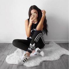 the best attitude 75e5e a280f 10 Outfits que prueban que puedes usar unos Adidas con lo que sea