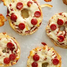 This easy lunch idea for kids will keep them busy! Mini pizza bagels are great for a snack at home. Check out the shoppable recipe to gather your ingredients. 🍕 Ingredients: mini bagels, pepperoni, pizza sauce, and mozzarella cheese. Mini Pizza, Pizza Pizza, Good Food, Yummy Food, Yummy Yummy, Food Challenge, Cooking Recipes, Diet Recipes, Healthy Recipes