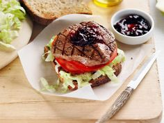 A juicy steak fillet atop a slice of bread with salad and ready-made beetroot relish. Steak Recipes, Cooking Recipes, Cooking Tips, Healthy Steak, Healthy Low Carb Recipes, Healthy Foods, Perfect Steak, Food Facts, Wrap Sandwiches