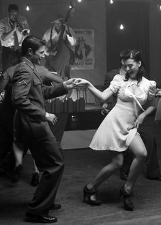 A lot of white dancers started dancing what they called the Jitterbug around the Second World War. The Jitterbug was just a nickname for the Lindy Hop. Lindy Hop, Lets Dance, Shall We Dance, Jazz Dance, Swing Dancing, Swing Dance Moves, Tango, Bailar Swing, Poses