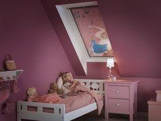 Wybierając roletę do pokoju dziecięcego możemy zdecydować się na tkaninę w bajkowy wzór. Fot. Velux