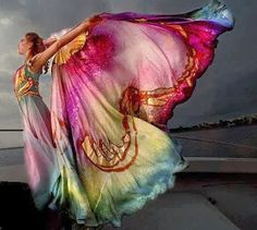 Eu lhe pedi para segurar minha mão. Você me empurrou no abismo. Eu aprendi a voar. _____________________