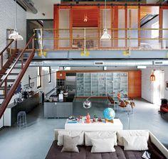 巨大食器戸棚のあるロフトのダイニング・キッチン | 住宅デザイン