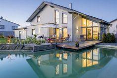 Ein perfektes Haus auf einem perfekten Grundstück. #Traumhaus #See #Fenster #Terrasse Foto: Orlowski // Mehr auf livvi.de