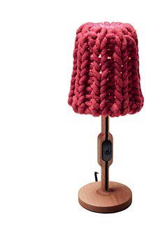 Abajur Granny, que integra série de objetos tricotados de Pudelskern para Casamania. semana de Milão.