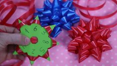 how to make gift bow with ribbon Diy And Crafts, Paper Crafts, Gift Bows, Ideas Para Fiestas, Explosion Box, How To Make Bows, Ribbon Bows, Diy Gifts, Projects To Try