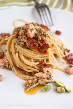 pasta with salmon, sundried tomato, and pistacchio Italian Pasta Recipes, Italian Dishes, Salty Foods, Italy Food, International Recipes, Pasta Dishes, My Favorite Food, Food Inspiration, Food And Drink