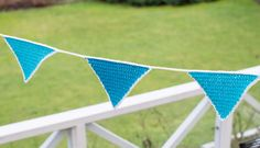Hækleopskrift: En flagranke er ekstra festlig at pynte op med ved fødselsdage og andre mærkedage. Du kan evt. brodere bogstaver på flagene med kædesting.