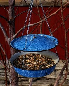 Ideas for Vintage Enamelware - vogelfutter - Vogelhaus Bird House Feeder, Diy Bird Feeder, Garden Crafts, Garden Projects, Bird Feeding Station, Homemade Bird Feeders, Vintage Enamelware, Bird House Kits, Backyard Birds