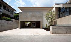 プライバシーを守れる家。内部には外観と対照的な明るく開放的な空間が広がっています。