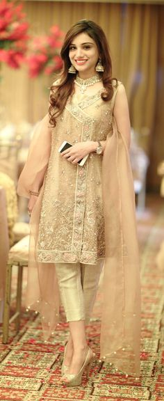 Chcela by som kupit Su krasne Pakistani Wedding Outfits, Pakistani Dresses, Indian Outfits, Pakistan Fashion, India Fashion, Asian Fashion, Nikkah Dress, Party Wear Dresses, Dress Cuts
