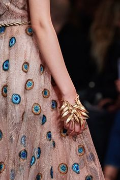 See all the Details photos from Christian Dior Spring/Summer 2020 Couture now on British Vogue Dior Haute Couture, Couture Week, Style Couture, Couture Details, Fashion Details, Couture Fashion, Dior Fashion, Christian Dior, Christian Siriano