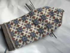 Ravelry: Graph 119 - District of Ventspils pattern by Lizbeth Upitis Knitted Mittens Pattern, Crochet Mittens, Fingerless Mittens, Knitted Gloves, Knitting Socks, Fair Isle Knitting, Hand Knitting, Knitting Patterns, Small Knitting Projects