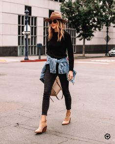 I'm always getting asked how to wear certain pieces, and looking of outfit inspiration. I wanted to create a way for you guys to find outfit ideas featuring some of my favorite pieces I wear regularly. Mode Outfits, Stylish Outfits, Stylish Eve, Jean Outfits, Jacket Outfit, Outfit Jeans, Look Jean, Denim Jacket Fashion, Denim Jacket Black Jeans