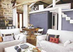 Esta casa de campo gallega estaba en ruinas. Una magnífica reforma multiplicó sus metros cuadrados útiles y su luz, convirtiéndola en una vivienda moderna, cálida y muy funcional.