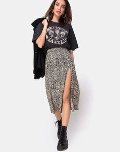Outfits✨ Saika Midirock in Rar Leopard Brown von Motel Who wears thigh high boots? Midi Skirt Outfit, Long Skirt Outfits, Edgy Outfits, Cute Outfits, Fashion Outfits, Womens Fashion, Leopard Skirt Outfit, Simple Outfits, Pastel Outfit