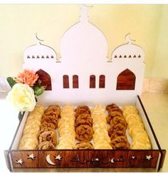 From making paper lanterns to drawing crescent moons and stars on the walls, you can get your house prepared for Ramadan with these Ramadan decorations. Eid Moubarak, Eid Ramadan, Eid Al Adha, Eid Crafts, Ramadan Crafts, Fest Des Fastenbrechens, Preparing For Ramadan, Decoraciones Ramadan, Eid Food