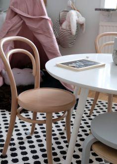 Inred_med_känsla_Tapetkänsla_ECO_Barnrum_ton_stol  http://stilinspiration.elledecoration.se/fixa-stilen-barnrummet/