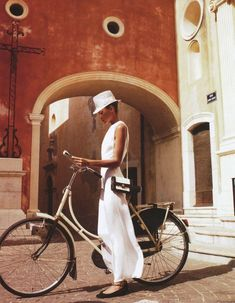 Sophisticated on a bike. A white Bike. The Age Of Innocence, Retro Stil, Cycle Chic, Bicycle Girl, Bike Style, Parisian Chic, White Fashion, Elle Fashion, British Fashion