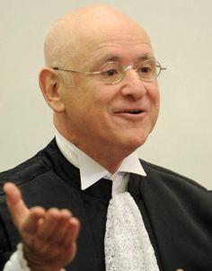 Dilma passa o rodo na educação...    (Renato Araújo/ABr)    O ministro Ari Pargendler, presidente do Superior Tribunal de Justiça, cassou nesta segunda-feira (6) a liminar da Justiça Federal de Brasília que proibira o governo de cortar os salários de servidores públicos em greve.