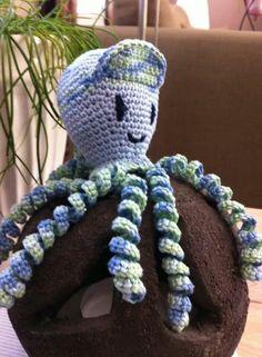 """Deze inktvis """" jef met de pet """" is gemaakt door Ria Bertels. Octopus Crochet Pattern, Crochet Basket Pattern, Crochet Stitches Patterns, Amigurumi Patterns, Crochet Ornaments, Crochet Crafts, Crochet Dolls, Crochet Projects, Crochet For Kids"""
