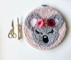 Baby koala #demerenfil #punchneedle #amyoxfordpunchneedle #chambrebebe #decobebe #chambrefille #chambreenfant #ideedeco #ideecadeau #faitmain #laine #modernpunch #rughooking #creatrice #creatricefrance #punchneedleembroidery #madeinfrance #oxfordpunchneedle #koala #feltflower #felt #feutrine #phildar #couronnefleurs #petitcreateurmaispasque #distribdeloveteamcreatrices