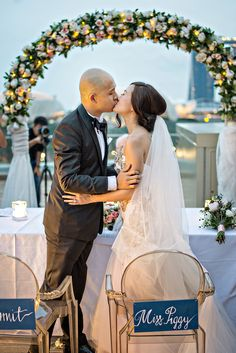 See all the beautiful details of this rooftop wedding // Darren and Ying's Rooftop Wedding at National Gallery With Panoramic Views