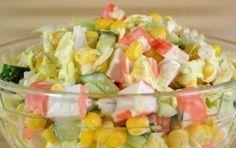 Jednoduchý a rychle připravený salát s krabími tyčinkami, který vás zasytí.