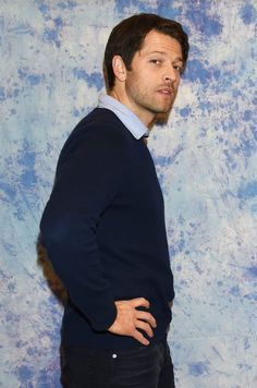 7 Excellent Pictures Of Misha Collins At The Hollywood Collectors Convention - - The man knows how to pose. Misha Collins Twitter, Misha Collins Tumblr, Castiel, Supernatural Jokes, Supernatural Pictures, Sebastian Roche, Richard Speight, Supportive Friends, Supernatural