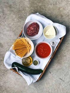 Ingredientes de espaguetis con tomate y carne. #deliciousspanishfood #espaguetis #espiralesdeverduras #calabacín #queso #quesofundido #tomatefrito #espaguetisconespiralesdecalabacín #espaguetisalhorno #espaguetisgratinados #recetasana #vegetales #recetafácil Queso Fundido, Queso Manchego, Carne Picada, Spanish Food, Recipes, Tomato Sauce, Legumes, Vegetables, Food Blogs