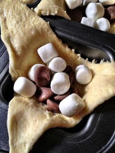 Smores snack: Place unrolled crescent rolls in separate muffin tins. Fill with chocolate chips/hershey kisses, marshmallows, and crushed up graham crackers. Cook at 350 F for approx. Yummy Treats, Sweet Treats, Yummy Food, Think Food, Love Food, Köstliche Desserts, Dessert Recipes, Plated Desserts, Snack Recipes