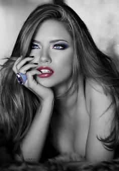 """""""A fórmula pra ser feliz eu não sei, mas se quiser ser infeliz, basta terceirizar seu bem-estar. Esperar sempre que outros te cuidem, outros te consolem, outros façam curativos no seu coração. Antes de exigir amor, ame-se. É difícil ficar bem sendo abandonado pelos outros, mas é impossível quando você se abandona."""" Drica Serra"""