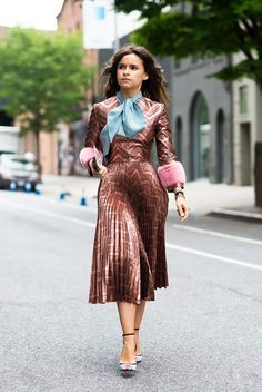 Janaes Style Miroslava Duma at Gucci Cruise 2016 Fur Fashion, Look Fashion, Womens Fashion, Fashion Trends, Gucci Fashion, Leather Fashion, Retro Fashion, Latest Fashion, Elegante Y Chic